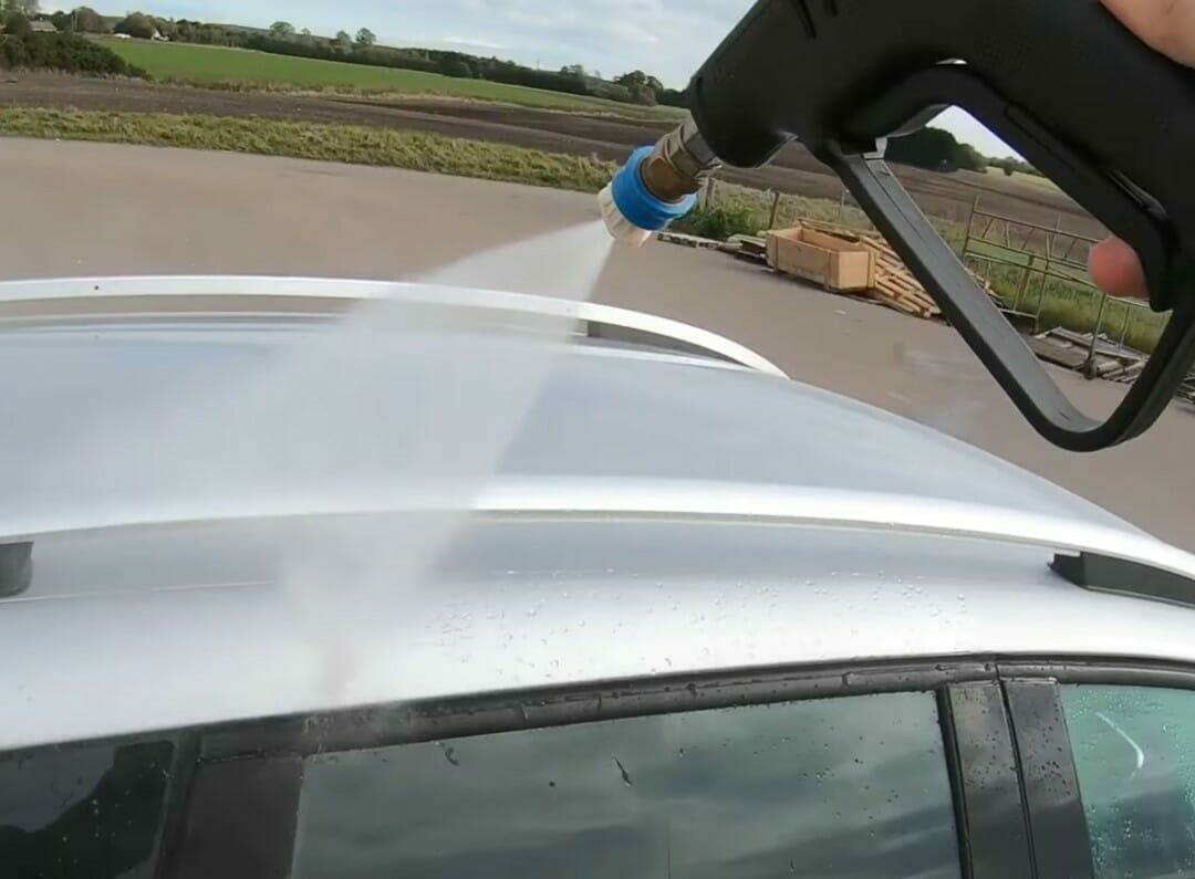Vask bilen med rent vand