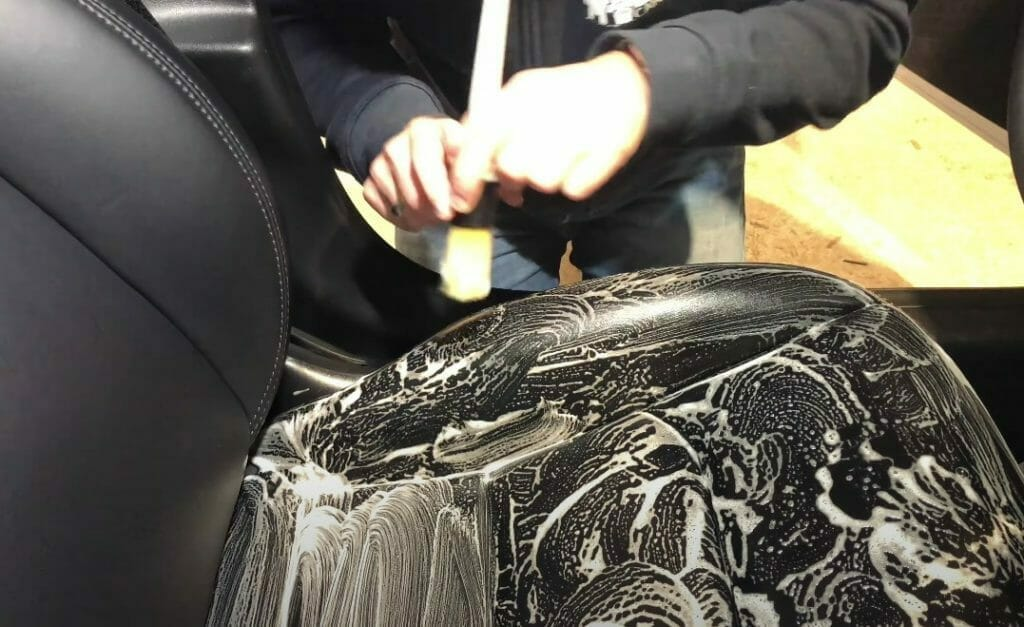 pensel sammen med Auto Glanz Leather Leather Cleanse
