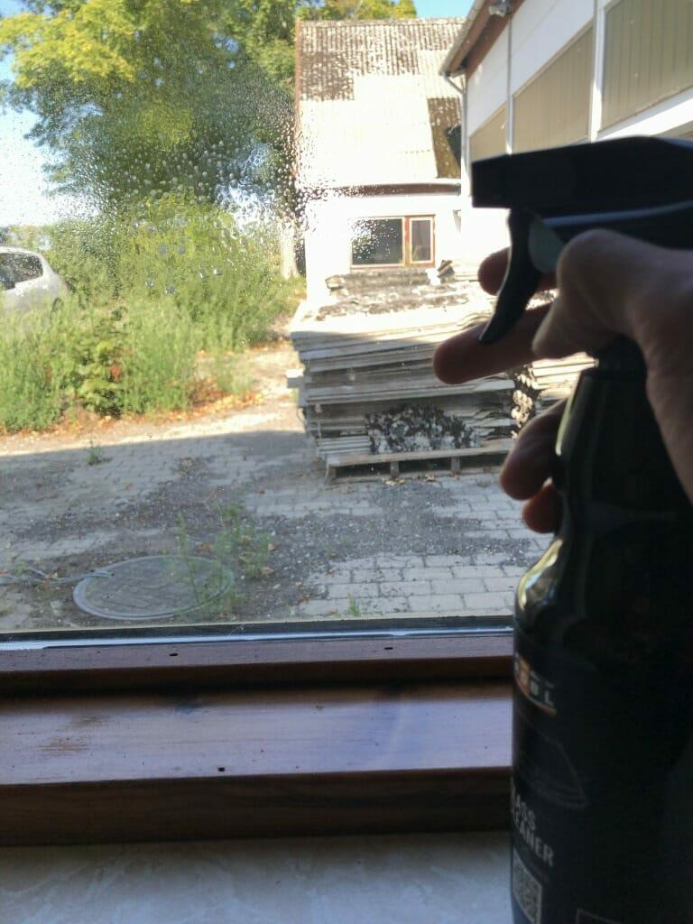 ADBL Glass Cleaner på rude